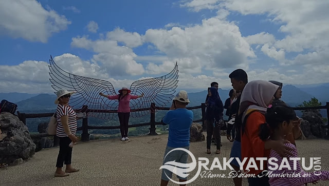 Kece! Sayap Malaikat, Jadi Spot Selfie yang Instagramable di Patung Kristus Burake Toraja