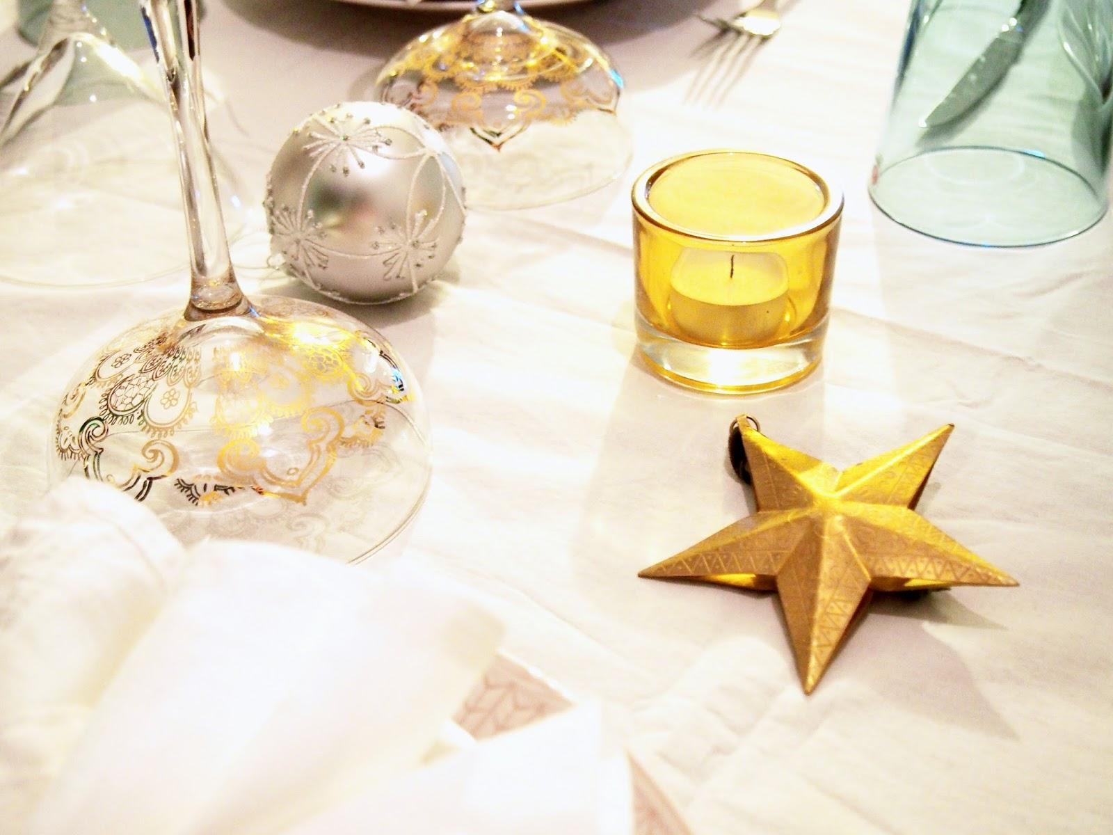 tablesetting, paseeraus, kattaminen, table, set, asettelu, kattaus, tähti, star, pallo, kivi, lyhty, kynttilä, samppanjalasi, shampanja, champagne, champanja, lasi, indiska, kartio, joulu, pallo, koriste, christmas