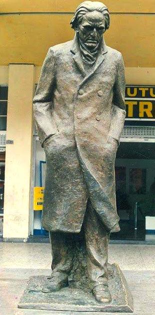 Foto del monumento de César Vallejo con saco largo