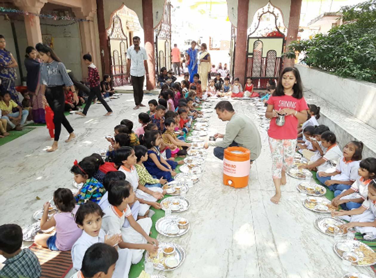 Jhabua News-शारेदय नवरात्रि : अम्बे माता मंदिर पर 500 से अधिक कन्याओं को करवाया भोजन