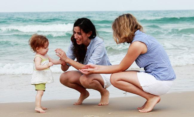 Diritti Gay, sentenza della Cassazione: bimbo con due madri, sì a riconoscimento
