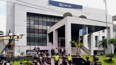 Bank BRI Cabang Garut dipasang garis Polisi. Sumber : @infogarut.