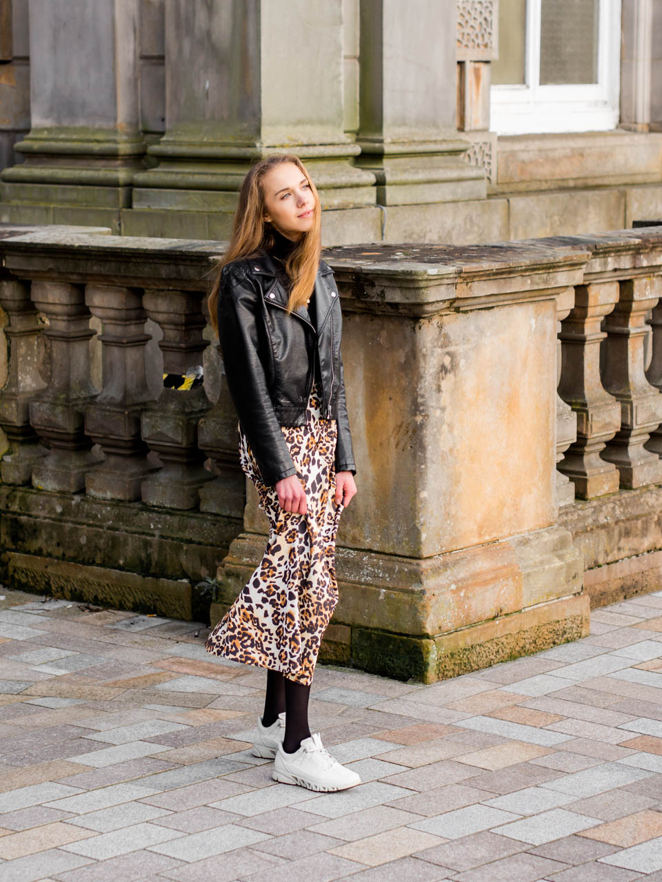 Fashion blogger autumn outfit inspiration with leopard skirt and faux leather biker - Muotibloggaaja, syysmuoti, leopardihame ja musta nahkatakki