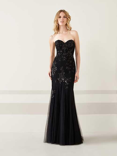 abd2bc9e41417 Pronovias'ın 2019 gece elbisesi koleksiyonundan seçtiğim siyah renkli  parçalardan oluşan gösterime kolsuz, kayık yakalı bir elbiseyle devam  ediyorum.