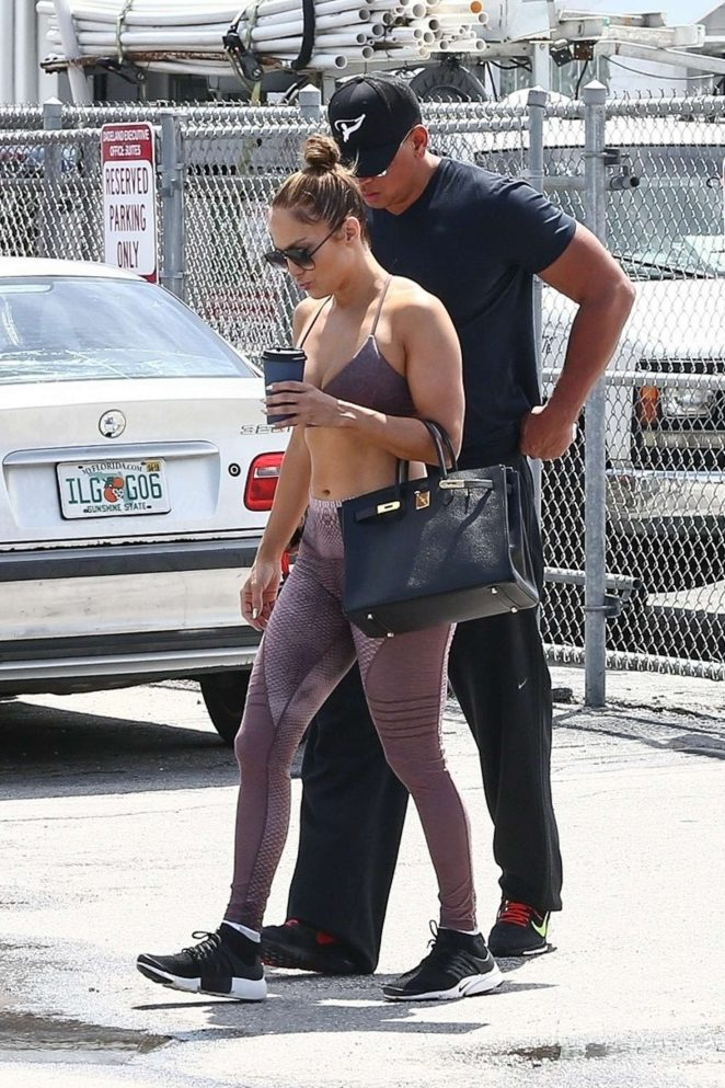 Співачка Дженніфер Лопес - прямує до тренажерного залу в Маямі.