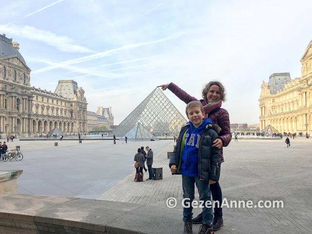Paris Louvre Müzesi önünde Piramit girişi
