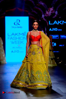 Bollywood Actress Malaika Arora Khan Walks on Ramp at LFW Summer 2017  0004.jpg