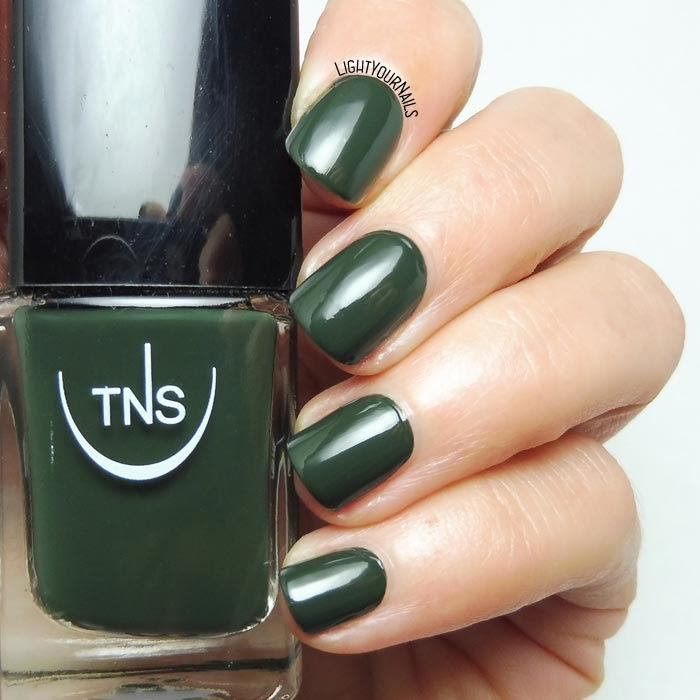 Smalto lacca verde scuro TNS Cosmetics Firenze Grand Tour dark green creme nail polish #TNSFirenze #TNSCosmetics #TNSGrandTour #lightyournails