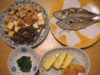 鶏肉とゼンマイと厚揚げの煮物 アジの塩焼き ニラのおひたし 玉子焼き
