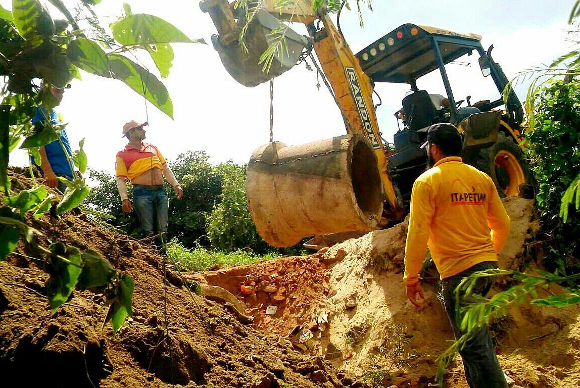 Prefeitura de Itapetim recupera passagens molhadas e bueiras no Sítio Cacimba Salgada