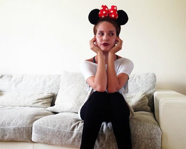 Älterwerden Erwachsensein alt mit 22 Minnie Maus Haarband OOTD Disney Mac Lipliner dunkel Kurzhaarfrisur Trends