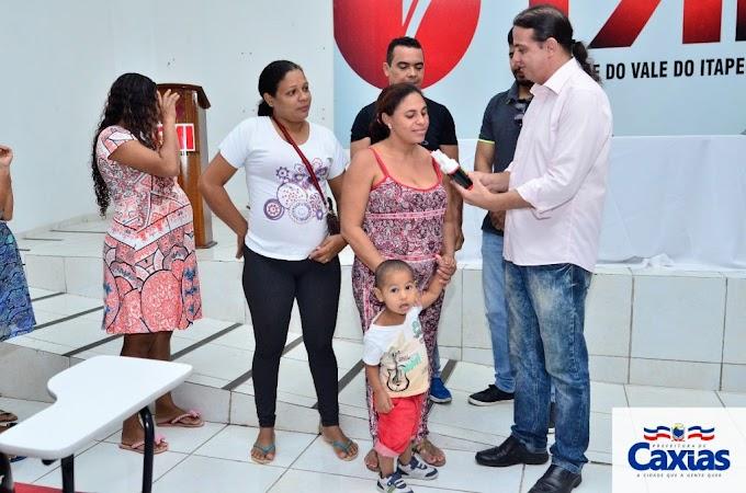 Prefeito Fábio Gentil na entrega de repelentes a gestantes pela Secretaria de Saúde