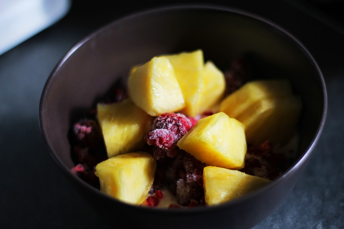 ananas himbeere healthy breakfast bowl