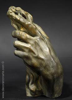Hand des Zeus trägt den Balken