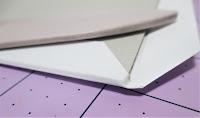 Doblar las esquinas del papel del libro de firmas