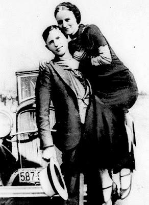 Ambos nascidos no Texas, Bonni e Clyde cresceram em meio a pobreza da Grande Depressão. Revoltados, culpavam o governo pelas condições precárias da população