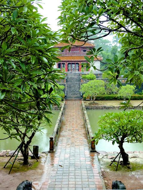 Puente Trung Dao y  Pabellón Minh Lau - Tumba de Minh Mang en Hué