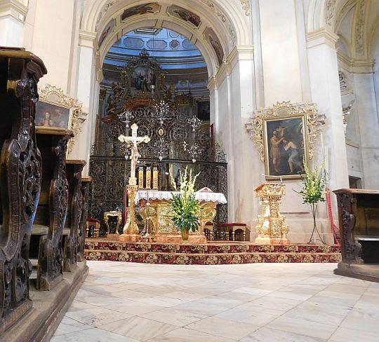 Za kratą znajduje się ołtarz główny.