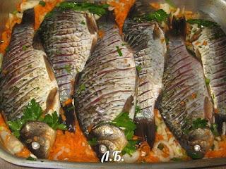 выкладываем рыбу на овощи