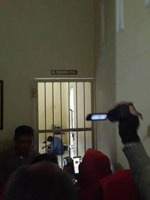 pemukur guru masuk penjara