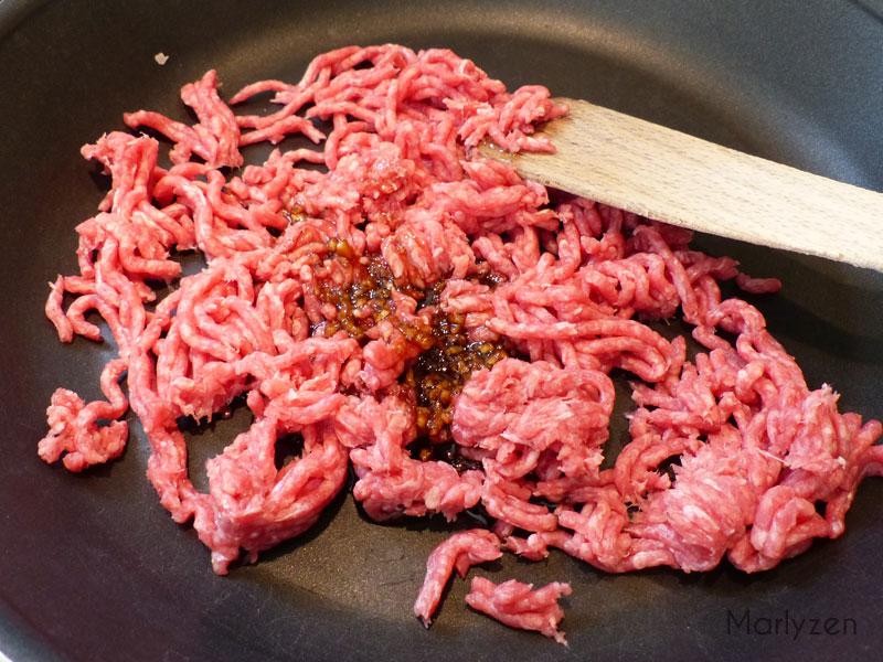 Faites revenir la viande et l'assaisonnement.
