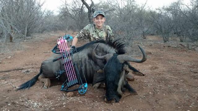 """Cazadora de 12 años causa odio por fotos con sus """"trofeos"""""""