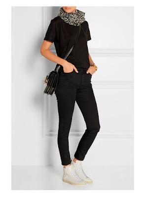 Шарф с леопардовым принтом в сочетании с джинсами, футболкой и кроссовками