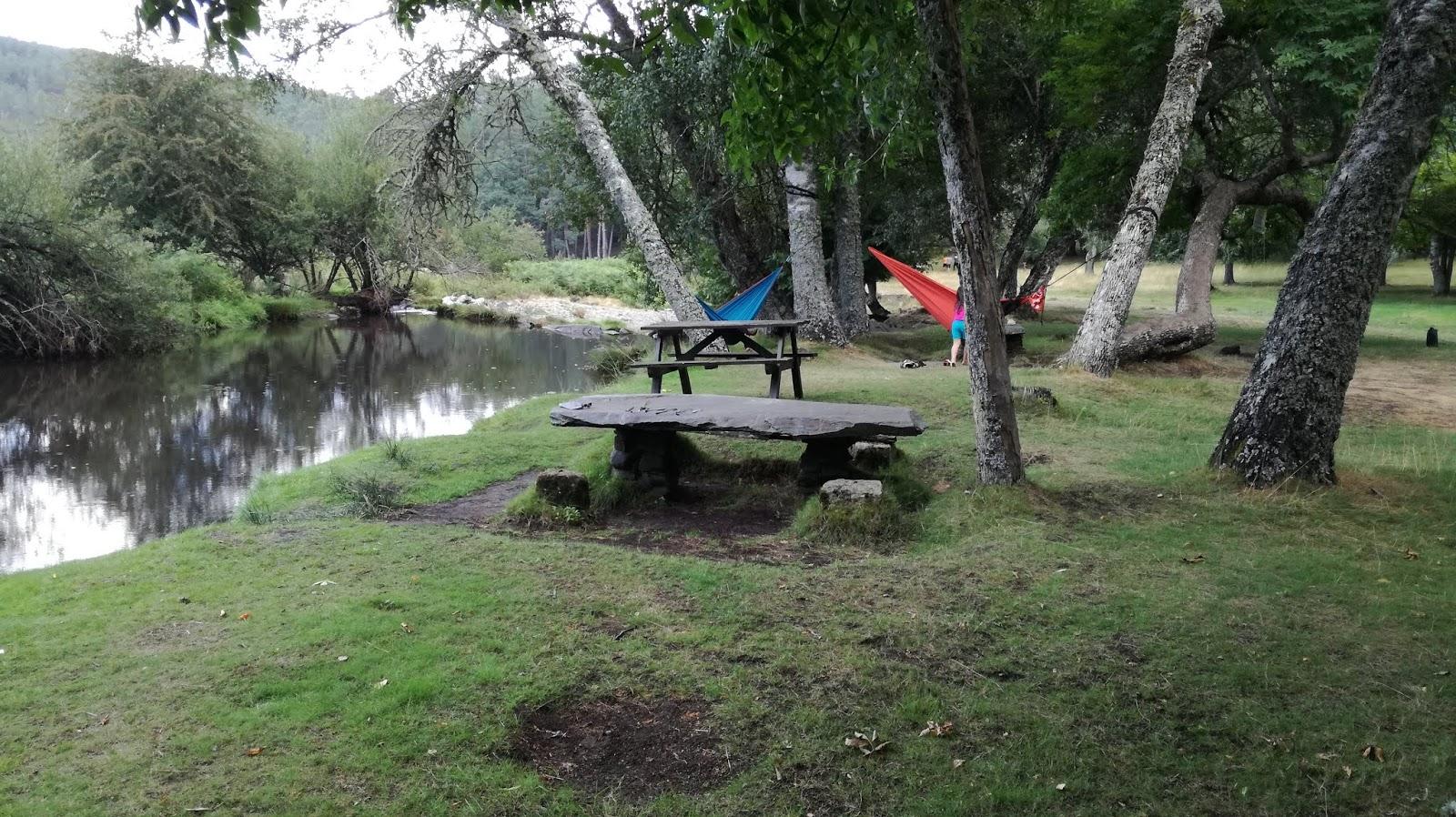 Parque de campismo com mesas e água Covão da Ponte