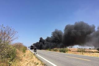 Caminhão-cegonha carregado com carros de luxo pega fogo no interior da Paraíba