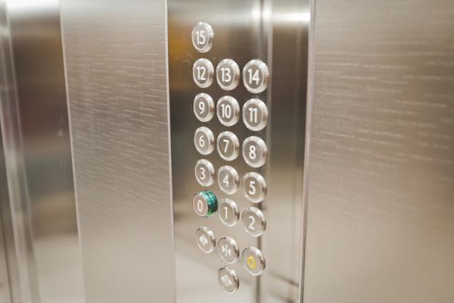 10 coisas irritantes que as pessoas fazem nos elevadores