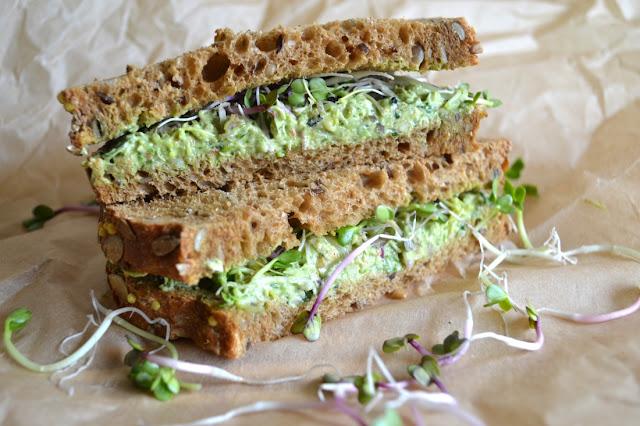 boterhammen met avocado, geitenkaas, spinazie en kiemen