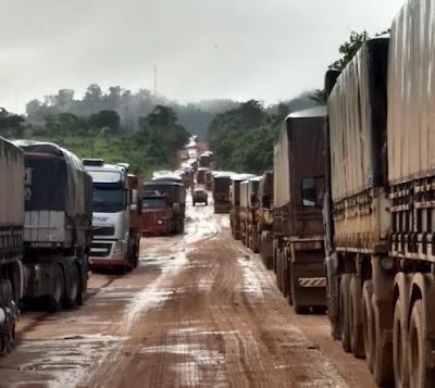 BR-163: caminhoneiro leva 2 dias para rodar 25 km por causa de atoleiros