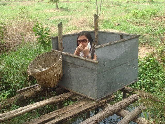 Cewek Kota Yang Gaul Kebelet Buang Air Besar Di WC Umum Desa Ketika Traveling