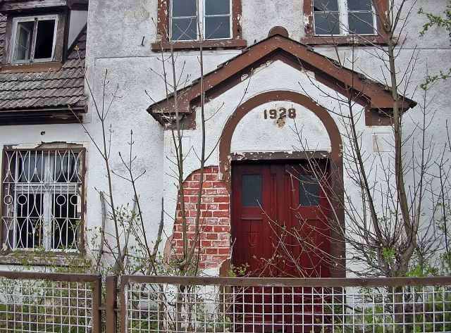 stary opuszczony dom, ruina, data, drzwi