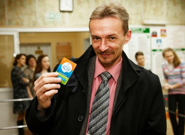 Преподаватель 14-й школы Дмитрий Палагин демонстрирует карту доступа.
