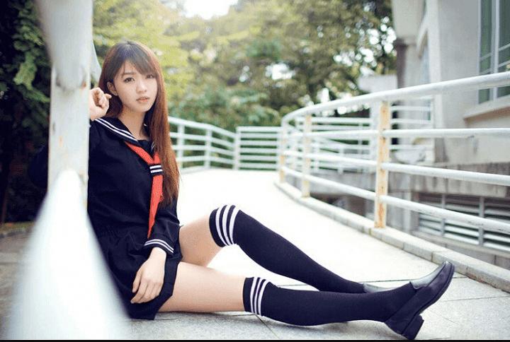 rok mini dengan kaos kaki panjang