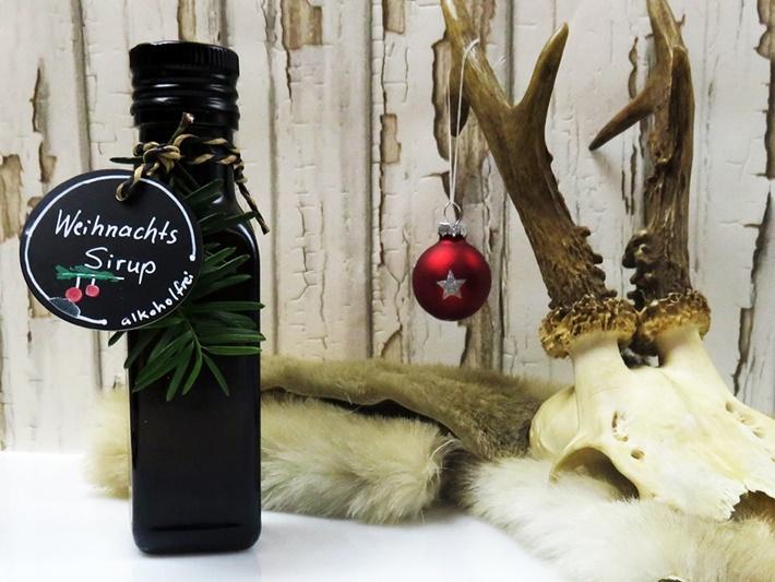 Weihnachtliche Flasche mit Weihnachtsirup und REhgeweih