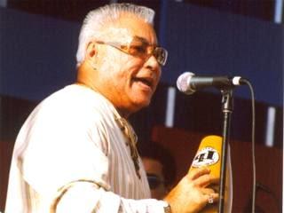 Foto de Tommy Olivencia cantando en concierto