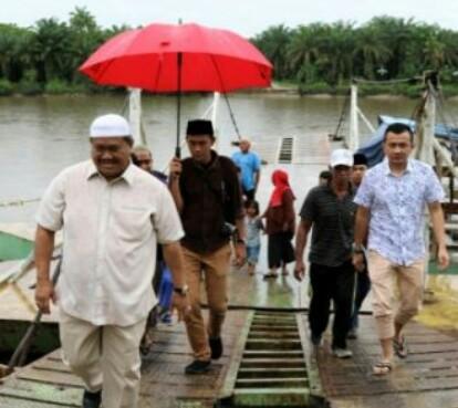 Rombongan Bupati Labura Kharuddin Syah saat datang ke panton penyebrangan Kualuh Hilir.