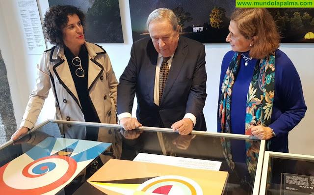 Jerónimo Saavedra dona al Cabildo de La Palma tres serigrafías de las Banderas del Cosmos de César Manrique