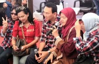 Seorang nenek, Nurul, 65 tahun, sudah berpuasa selama 118 hari dan salat 24 rakaat setiap hari untuk mendoakan Ahok menang Pilkada 2017 di Rumah Lembang, Menteng, Jakarta, 21 November 2016