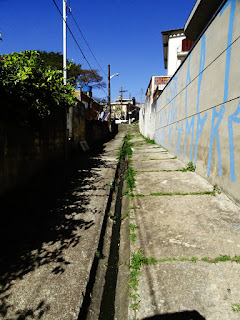 Beco com saída, que leva à rua Bela Vista do Ivaí
