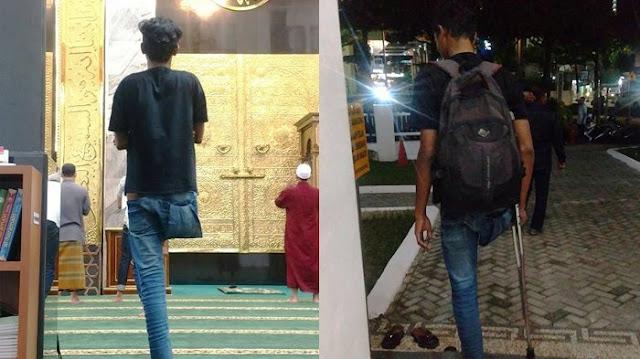 Pria Ini Tetap Shalat Berdiri Meski Hanya Punya 1 Kaki, Alasannya Tak Duduk Sungguh Mengharukan