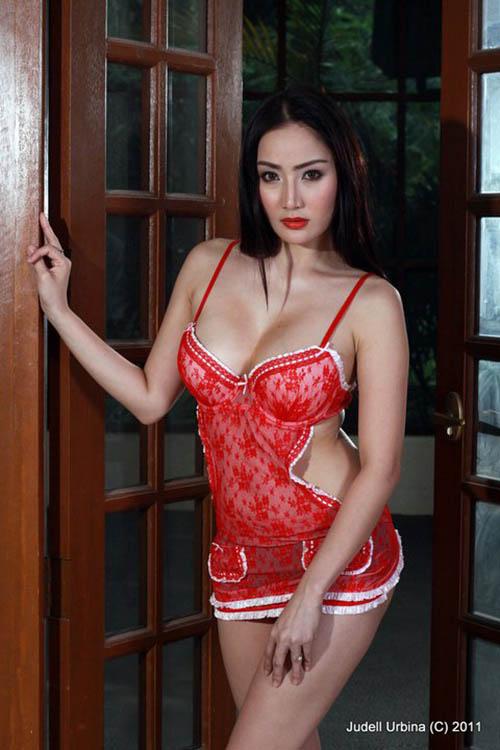 paulene so sexy cleavage pics 03