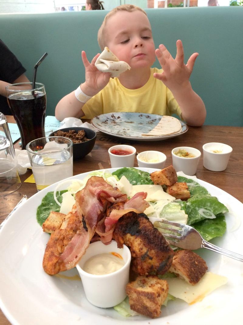 lapsen kanssa ravintolassa