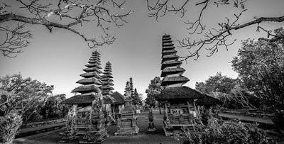 Sejarah Pulau Bali     MASA PRASEJARAH   Zaman prasejarah Bali merupakan awal dari sejarah masyarakat Bali, yang ditandai oleh kehidupan masyarakat pada masa itu yang belum mengenal tulisan. Walaupun pada zaman prasejarah ini belum dikenal tulisan untuk menuliskan riwayat kehidupannya, tetapi berbagai bukti tentang kehidupan pada masyarakat pada masa itu dapat pula menuturkan kembali keadaanya Zaman prasejarah berlangsung dalam kurun waktu yang cukup panjang, maka bukti-bukti yang telah ditemukan hingga sekarang sudah tentu tidak dapat memenuhi segala harapan kita.  Berkat penelitian yang tekun dan terampil dari para ahli asing khususnya bangsa Belanda dan putra putra Indonesia maka perkembangan masa prasejarah di Bali semakin terang. Perhatian terhadap kekunaan di Bali pertama-tama diberikan oleh seorang naturalis bernama Georg Eberhard Rumpf, pada tahun 1705 yang dimuat dalam bukunya Amboinsche Reteitkamer. Sebagai pionir dalam penelitian kepurbakalaan di Bali adalah W.O.J. Nieuwenkamp yang mengunjungi Bali pada tahun 1906 sebagai seorang pelukis. Dia mengadakan perjalanan menjelajahi Bali. Dan memberikan beberapa catatan antara lain tentang nekara Pejeng, Trunyan, dan Pura Bukit Penulisan. Perhatian terhadap nekara Pejeng ini dilanjutkan oleh K.C Crucq tahun 1932 yang berhasil menemukan tiga bagian cetakan nekara Pejeng di Pura Desa Manuaba, Tegallalang.  Penelitian prasejarah di