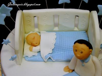 Cuna con bebé para bautizo