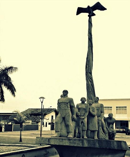 Mastro com pássaro açor, no topo do Monumento Açorianos, em São José