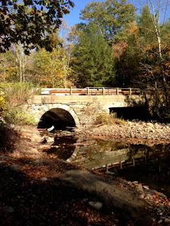 Photo du pont au-dessus du ruisseau