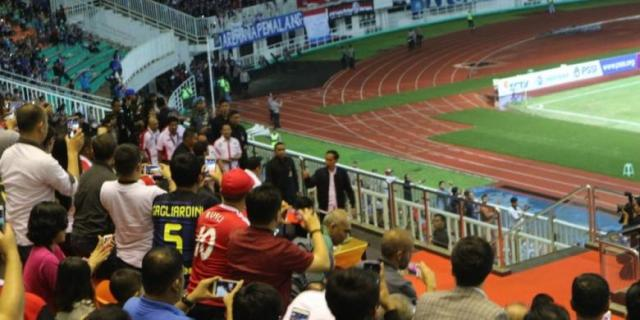 Jokowi Disambut Meriah Penonton Final Piala Presiden